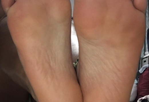Feet porn I could use someone to worship my soles after a long day at work... DMs me  -3qeru84ri0231