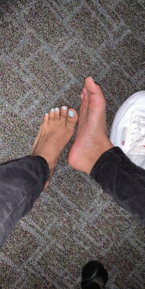 Feet porn Pic I snapped under my desk in my cubicle... don t tell on me      f -gdx2yybrgj431.jpg