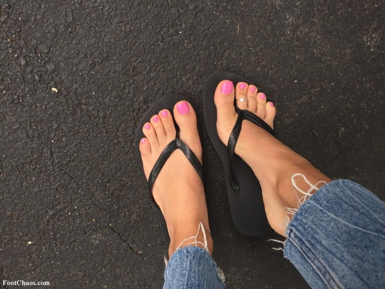 Feet porn Pretty Pink Toenails in Sandals-TKAQXnA.jpg