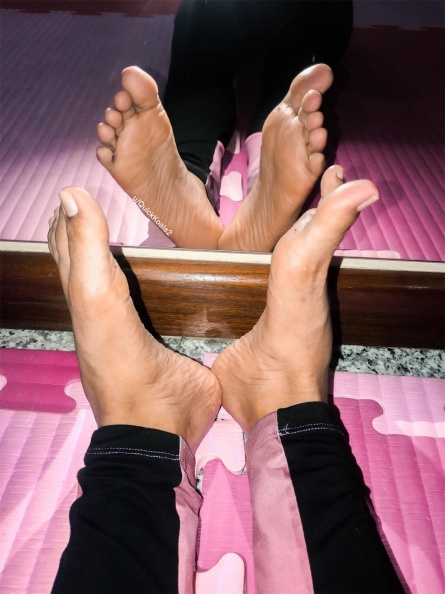 Foot porn Sweaty and stinky after gym -6tccqtkasb531.jpg