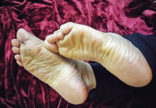 Foot porn What type of interaction do you like  massaging  touching  kissing  tickling  licking  sucking   I want them all          otherwise I d be so disappointed...-toa35glfi7531